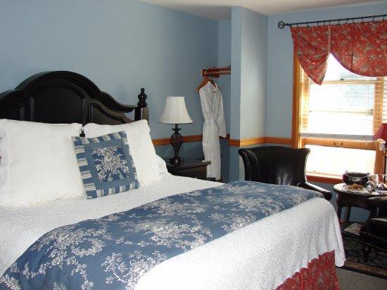 The Wild Iris Inn: King size bed rm