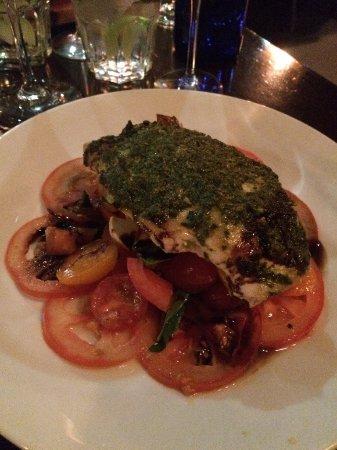 Rozelle, Australien: Grilled Chicken Breast on Caprese Salad