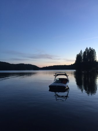 Pollock Pines, Califórnia: Nothing like being on the water at Sky Park. Camping on the week days is much quieter too. Been