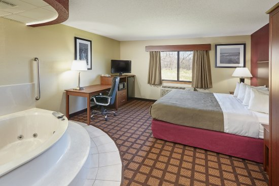 Burlington, WI: Whrlpl Suite