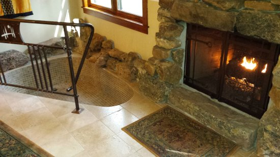 Sisters, OR: In-room sunken soaking tub and fireplace - romantic!