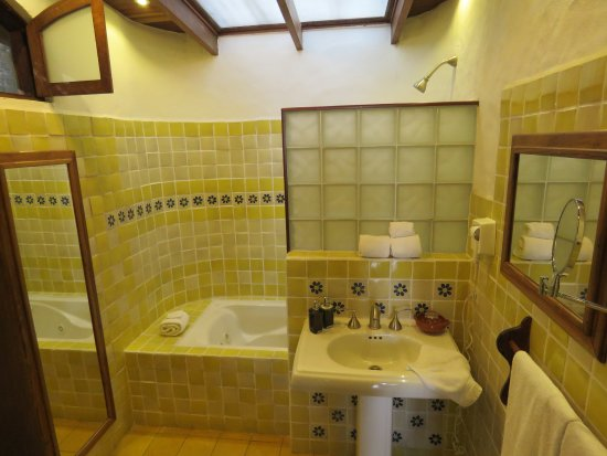 Santa Barbara, Costa Rica: Bright bathroom