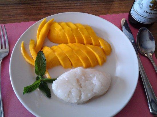 "Pasadena, Мэриленд: luscious and generous portion of fresh mango with ""sticky rice"" seasoned with coconut cream."