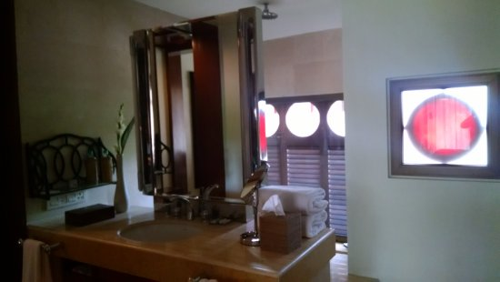 Park Hyatt Goa Resort and Spa: bathroom area, the behind the mirror is for shower and bathtub ..