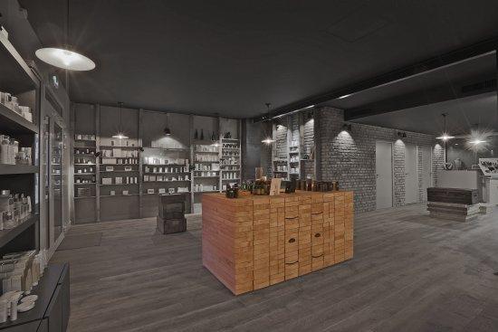 Roquefort-les-Pins, Francia: une vaste boutique -institut avec 650 références