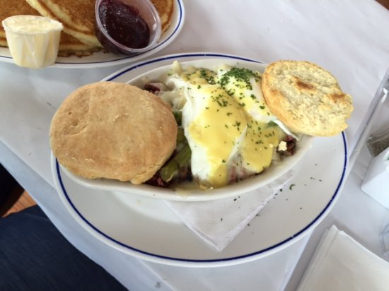 ‪‪Bradley Beach‬, نيو جيرسي: House Special Corned Beef Hash with Poached Eggs, Swiss, and Asparagus, And Biscuit‬