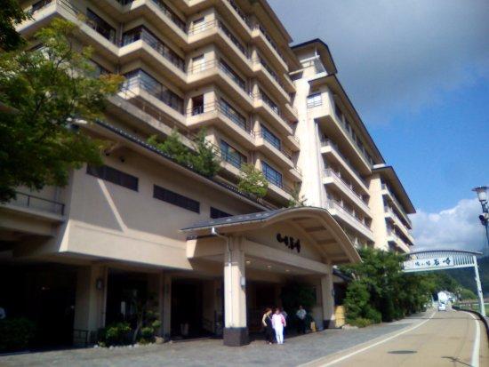 Izanro Iwasaki: 川沿いの旅館
