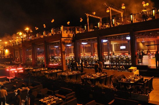 La Montana: Dinning tables in and outside of dinning hall