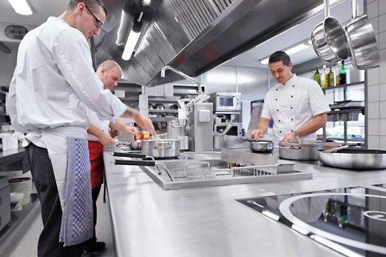 Die moderne Küche im Restaurant Schwarzwaldhof - Bild von Hotel