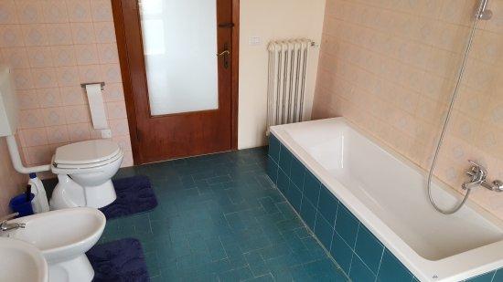 Terontola, Italia: grote badkamer met balkon