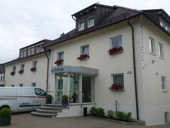 Hotel Bettina: Вид отеля с дороги