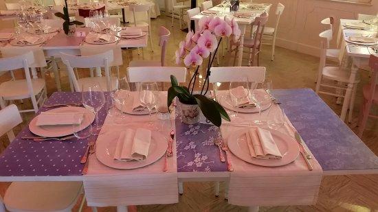 Tavoli Sala Da Pranzo In Legno : Tavoli della sala da pranzo interna in legno decorato e cementine