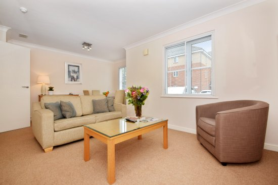 Berkeley Park by BridgeStreet: Standard One Bedroom Apartment Lounge/Dining Area