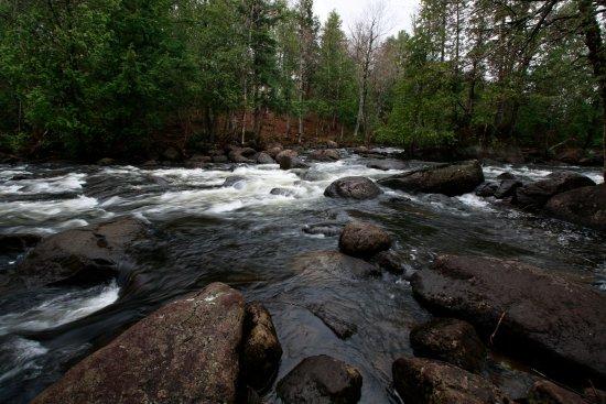Auberge Beaux Reves Et Spa (Sweet Dreams Inn): Running river