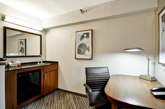 Hyatt Place Indianapolis/Keystone: Work Desk, Wet Bar