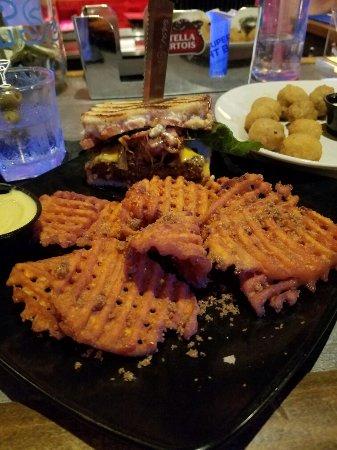 ยอร์ก, เซาท์แคโรไลนา: BBQ bacon burger & Sweet Potato fries