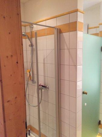 Faistenau, Austria: Zimmer mit begehbarem Kleiderschrank und Balkon