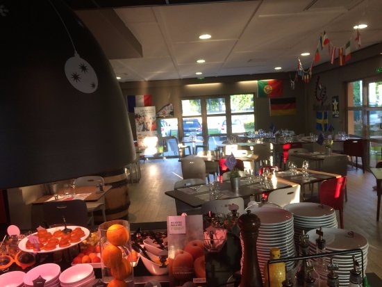 Campanile Dijon Nord - Toison d'Or : une partie des salles à manger ! terrasse aussi pour manger !