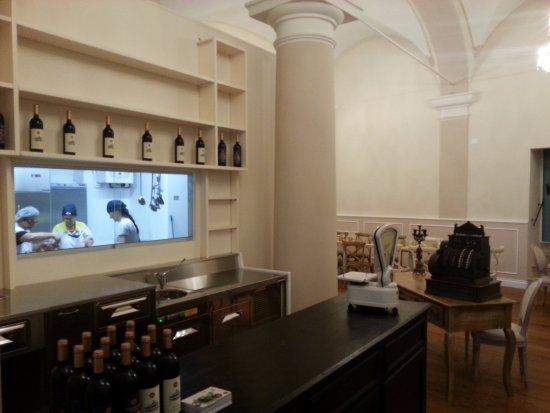 Sala con cucina a vista - Picture of Osteria Cantina Offida, Offida ...
