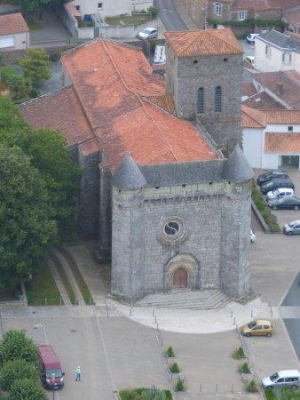 Cerizay, Frankreich: Eglise/Château-fort Le Boupère