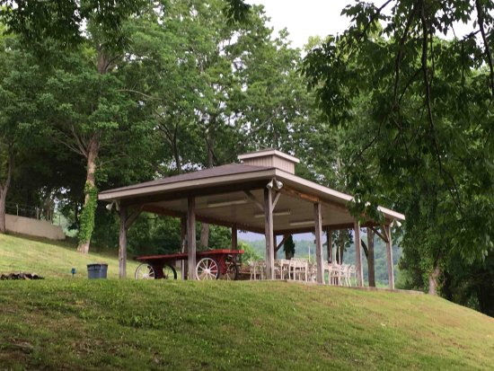 Smithville, TN: The picnic pavilion provides a place to relax and enjoy a meal with friends and family while ove