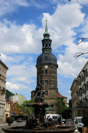 Bad Schandau, Duitsland: St. Johanniskirche davor der Sendigbrunnen