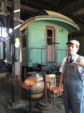 Jamestown, Kalifornia: Our guide Deter telling us about the Trains, Engines and History of the Roundhouse