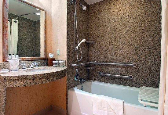 Murfreesboro, TN : Accessible Bathroom