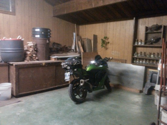 Phillipsville, Kalifornia: Indoor parking for motorcycles.