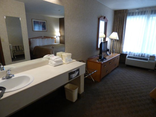 Quality Inn Homestead Park : Lots of room and spacious counter