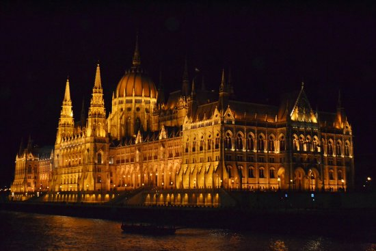 Parlamento: Our boat docked virtually in the shadow of this building. Nighttime sail away was awesome.