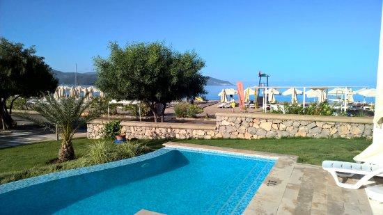 der pool vor der terrasse im hintergrund der strand picture of jiva beach resort fethiye. Black Bedroom Furniture Sets. Home Design Ideas