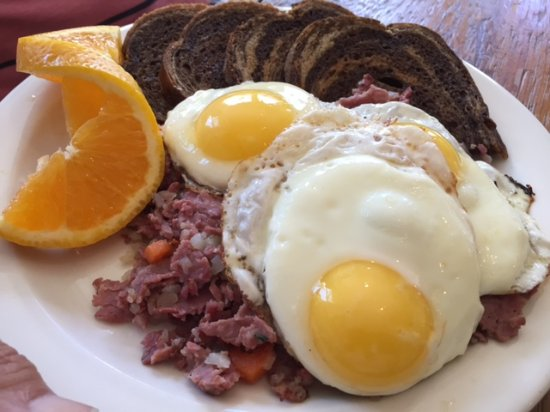 Andes, estado de Nueva York: Eggs sunny side up over homemade corned beef hash