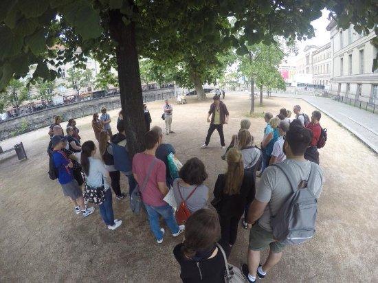 Insider Tour Berlin: Barnaby Explaining the Berlin Wall