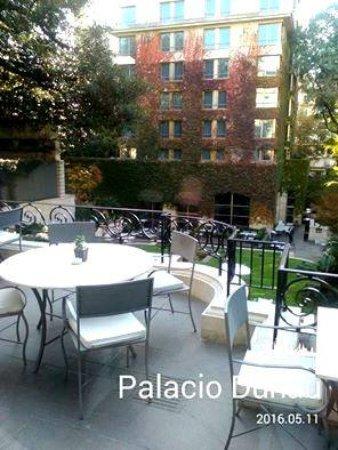 Palacio Duhau - Park Hyatt Buenos Aires: Patio del Palacio con fondo de fachada de la nueva construción