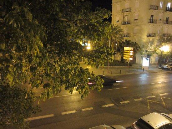 Hostal Abastos : под окном дорога, но если закрыть окна, то не шумно
