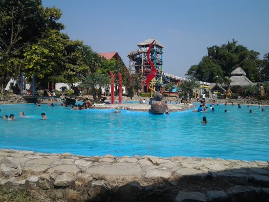 Guayaquil, Ecuador: It has beautiful swimming pools and you will find many amazing animals and you can touch them.