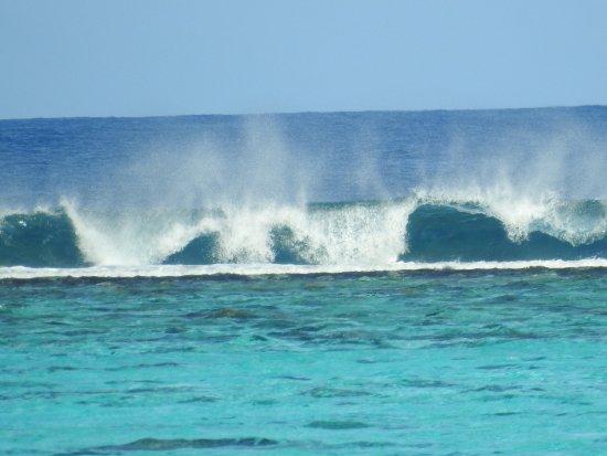 Painapo Beach Moorea : massive waves wayyyyy out!
