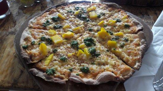 Olivia's: La pizza del menú del mediodía con magos, pesto con coco, y semillas de ajionjolí