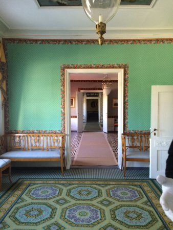 Eidsvoll 1814: A room in the house.....very bold colors