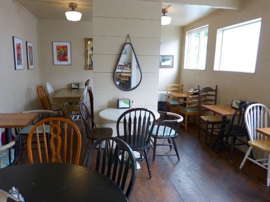 Homeport Eatery: Seating in the back...more outside