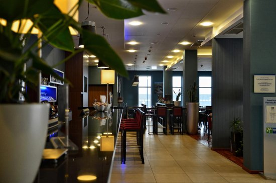 Holiday Inn Express Warsaw Airport: Front Desk