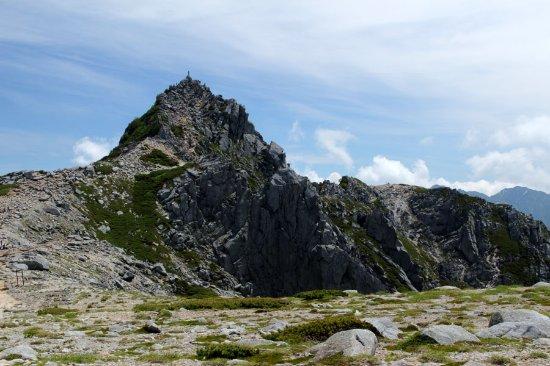Agematsu-machi, Ιαπωνία: 宝剣山荘裏からの宝剣岳容姿。頂上石に登山者が登立している