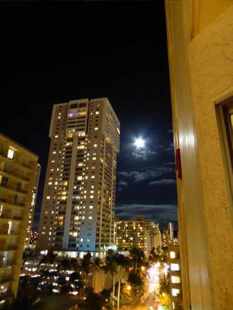 Ohana Waikiki Malia: Nice full moon from room