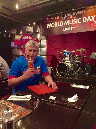 Hard Rock Cafe Bangkok : Buena música. Rock con banda de Tailandia