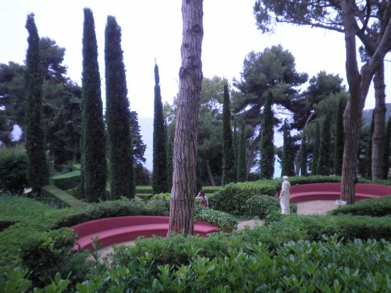 Jardin Santa Clotilde : il y a des fleurs divers et des variétés d'arbres très anciens