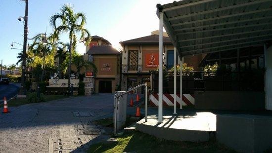 Guam Plaza Hotel: ホテルのロビーとつながっているJPストア