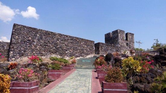 benteng ini dibangun sekitar abad ke 17 oleh Portugis - Foto Benteng Tore,  Tidore - Tripadvisor