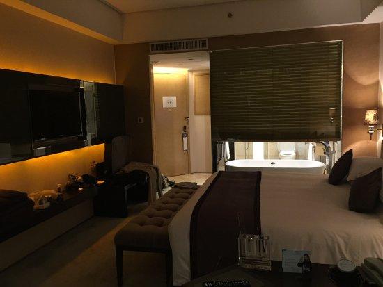 Fuyang, Cina: Chambre et salle de bain avec baignoire et tv