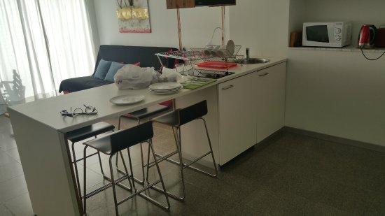Art Resort: המטבח והסלון